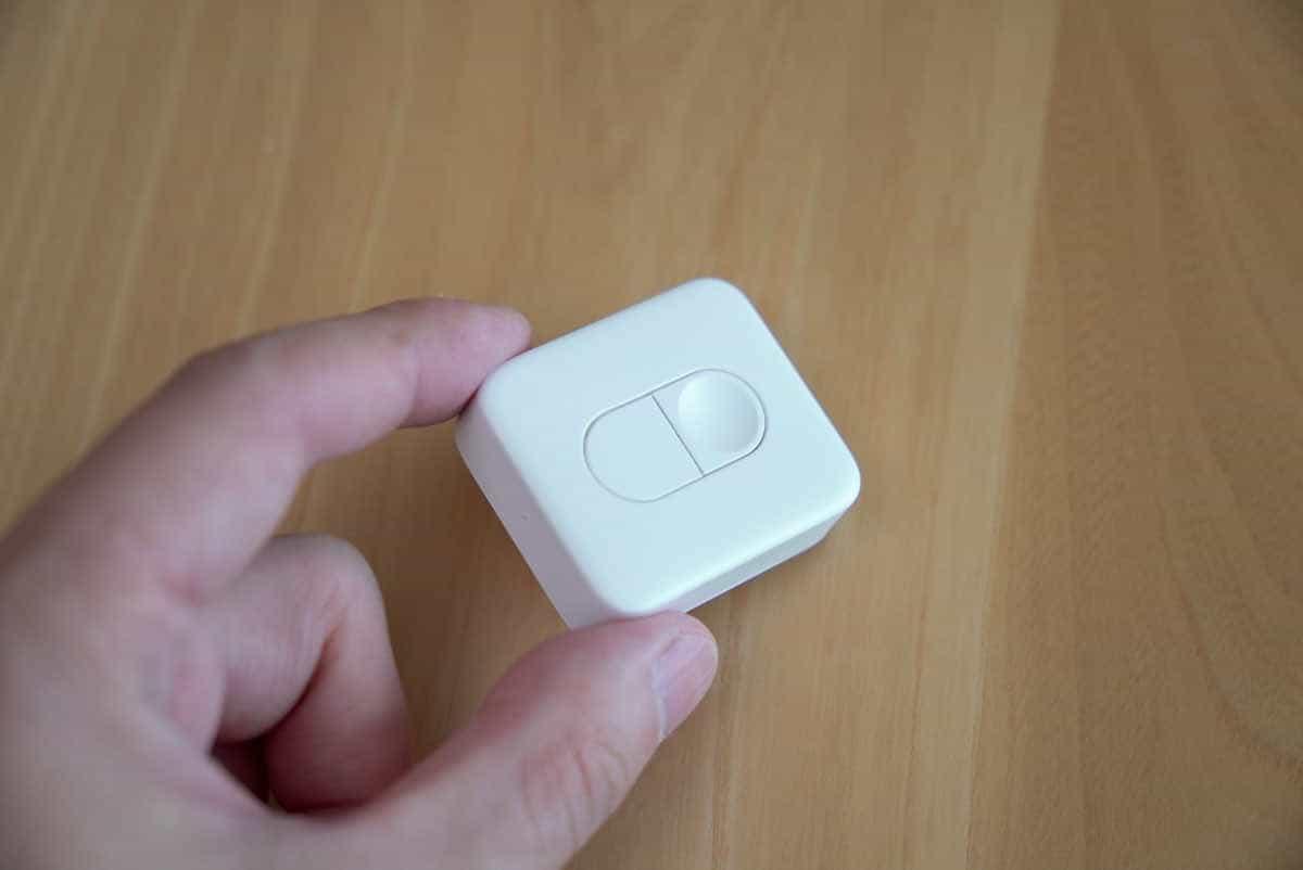 SwitchBot リモートボタンを手に持った画像