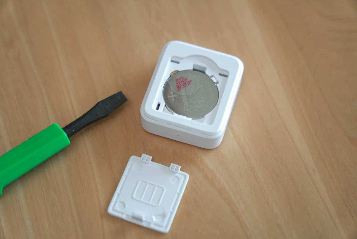 SwitchBot リモートボタンの裏蓋を開いた状態の画像