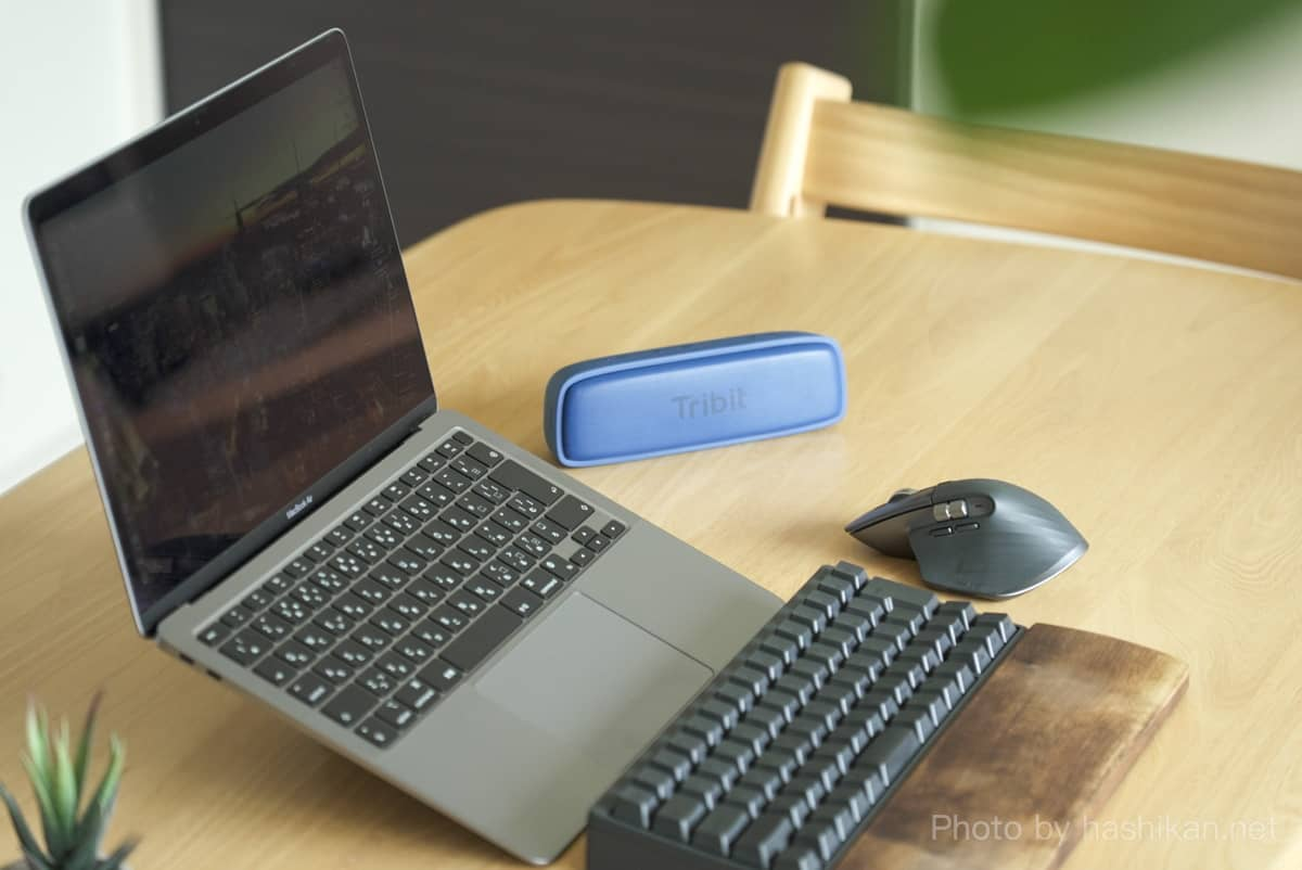 Tribit XSound Surfをテーブルに置いて使っている様子の画像