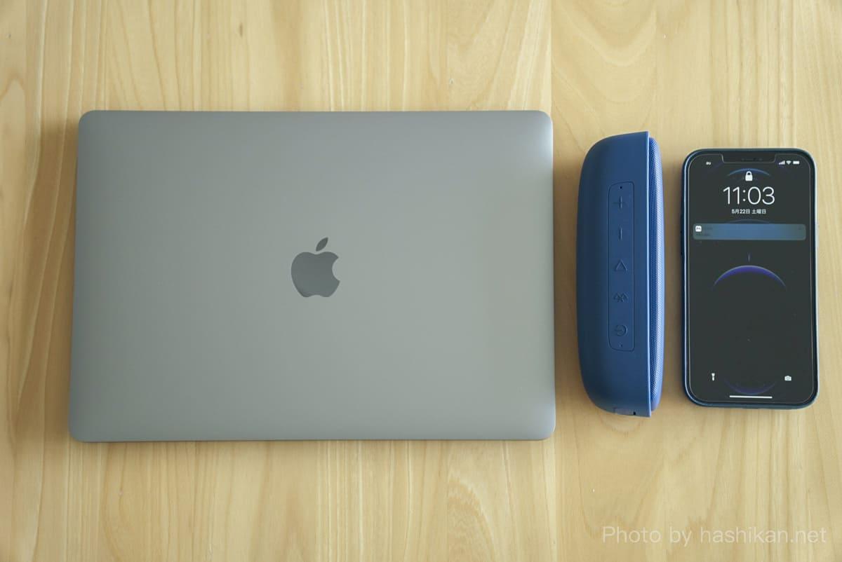 Tribit XSound SurfとMacBook AirとiPhone 12 Pro Maxを並べて大きさ比較をしている画像