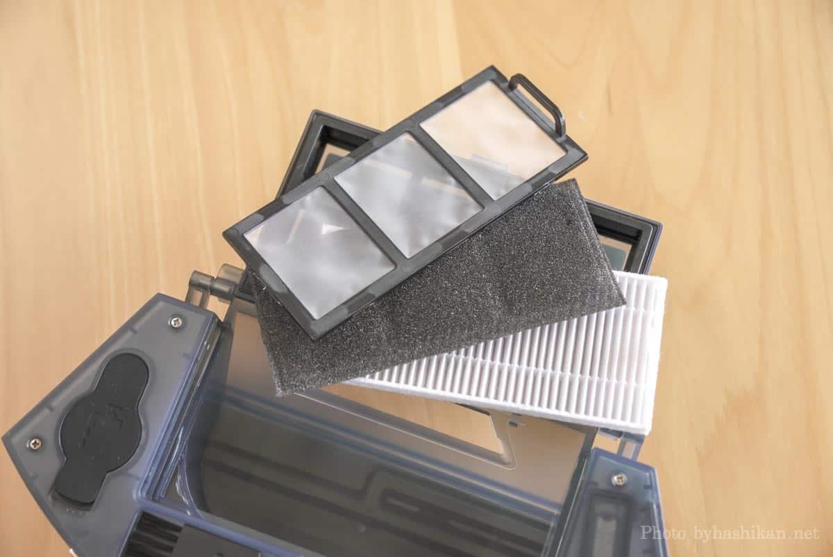 neabot NoMo Q11のダストボックスのゴミ収集ボックスの蓋部分に付いているフィルターを分解した様子の画像