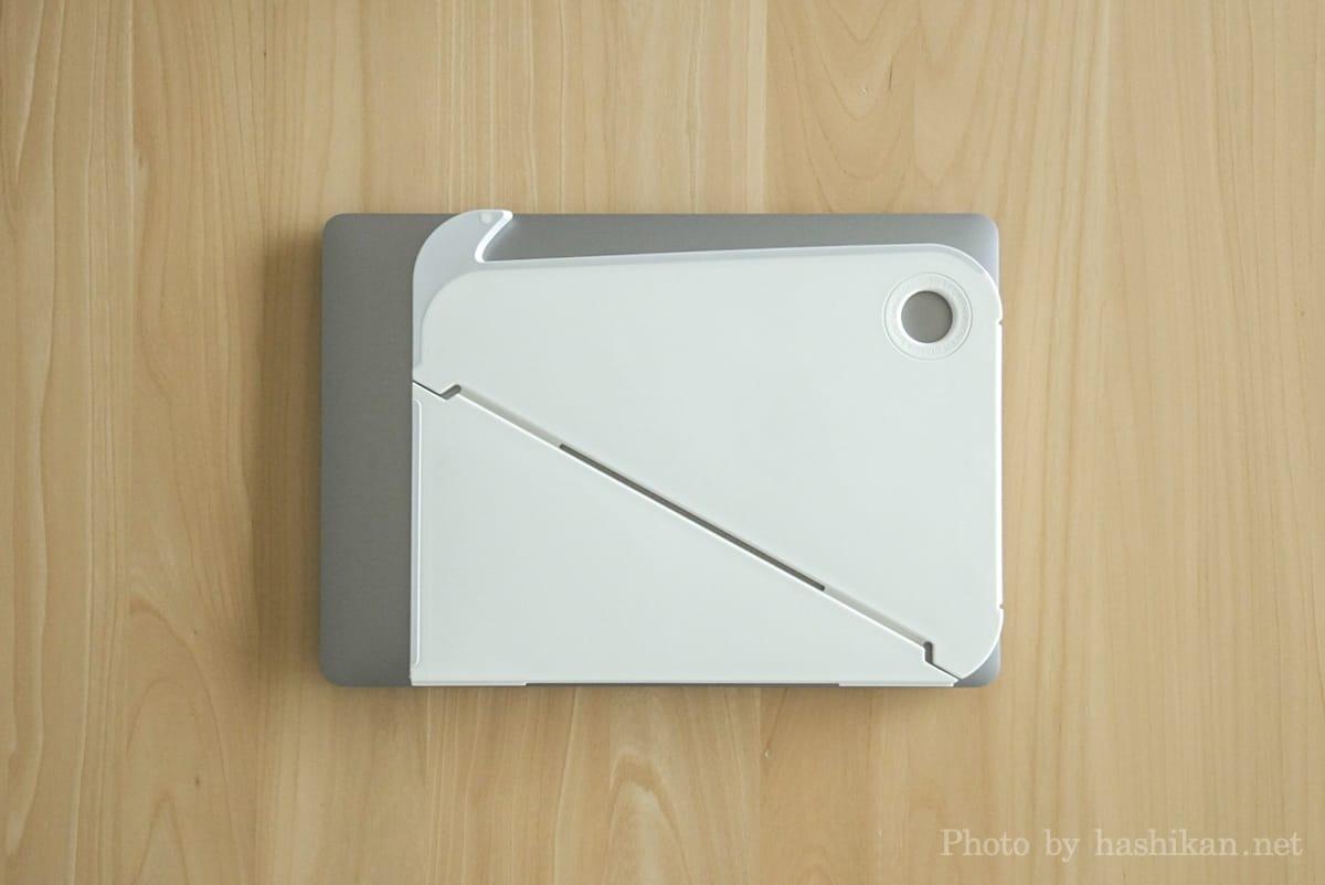 OripuraをMacBook Airの上に載せて大きさを比較している状態の画像