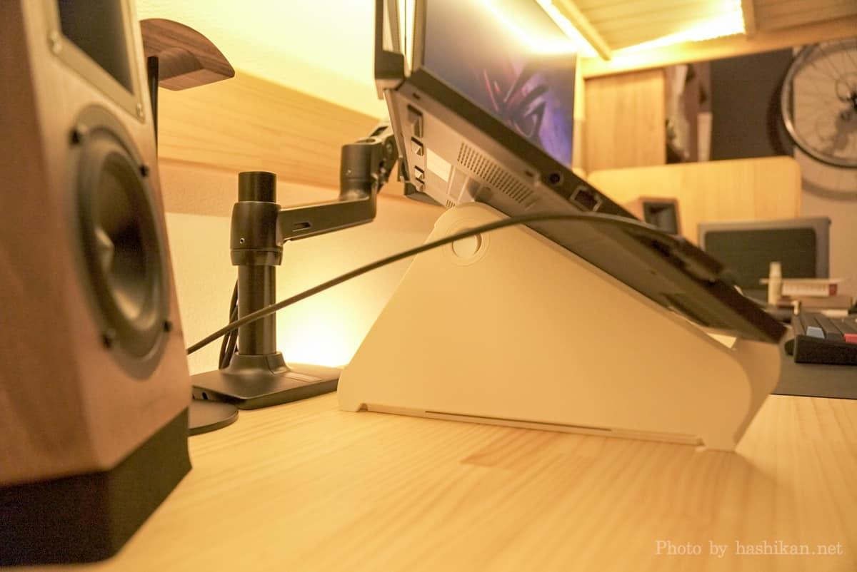 OripuraにゲーミングノートPCを乗せた状態の画像