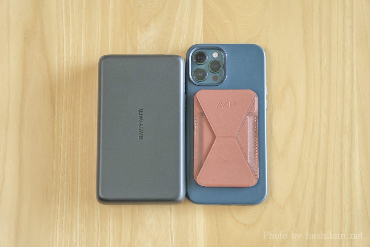RAVPower RP-PB232 とiPhone 12 Pro Max を並べて大きさを比較している画像