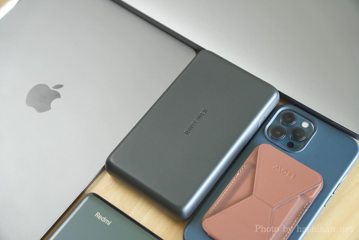 RAVPower RP-PB232 をiPhoneやiPadやMacBook AirやAndroidスマホと並べて大きさを比較している様子の画像