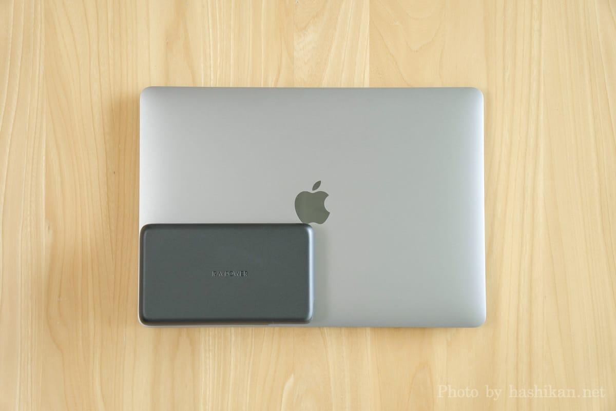RAVPower RP-PB232 とMacBook Air を並べて大きさを比較している画像