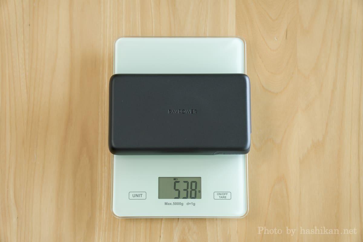 RAVPower RP-PB232 の重さを計測している様子の画像