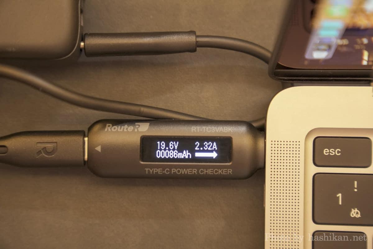 RAVPower RP-PB232 を使ってMacBook Air を充電した時の出力を計測している画像