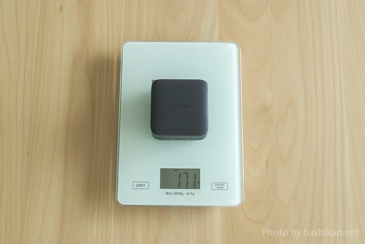 UGREEN PD充電器 65W GaN 4ポート充電器の重さを計測している状態の画像