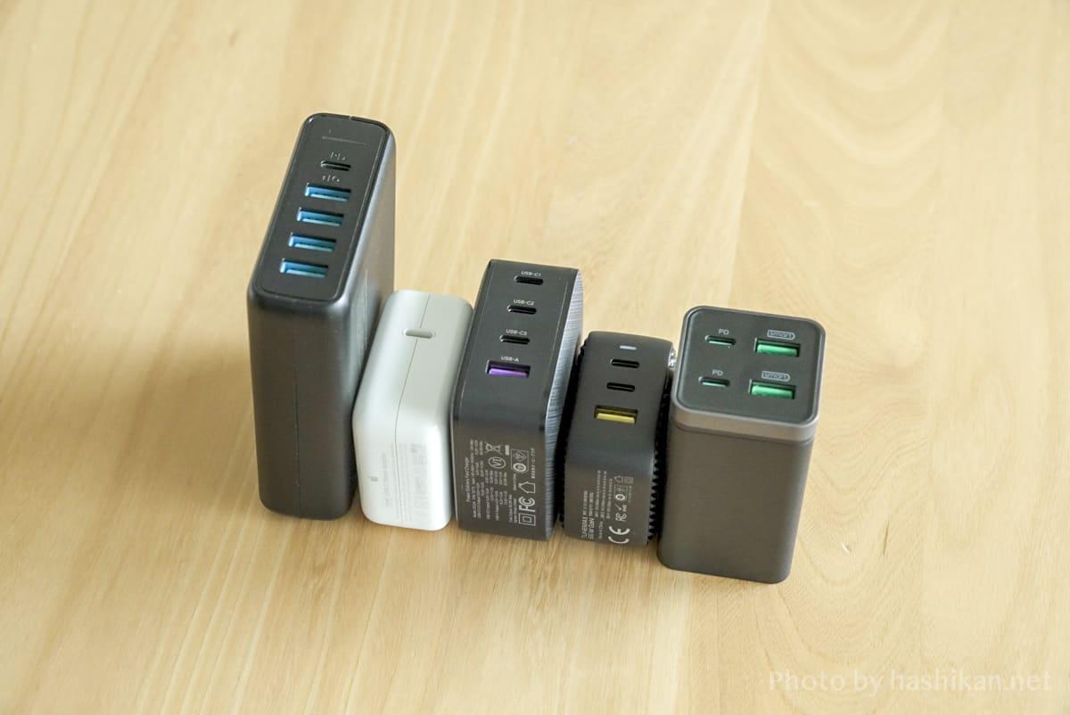 UGREEN PD充電器 65W GaN 4ポート充電器とその他の充電器を並べて大きさを比較している状態の画像