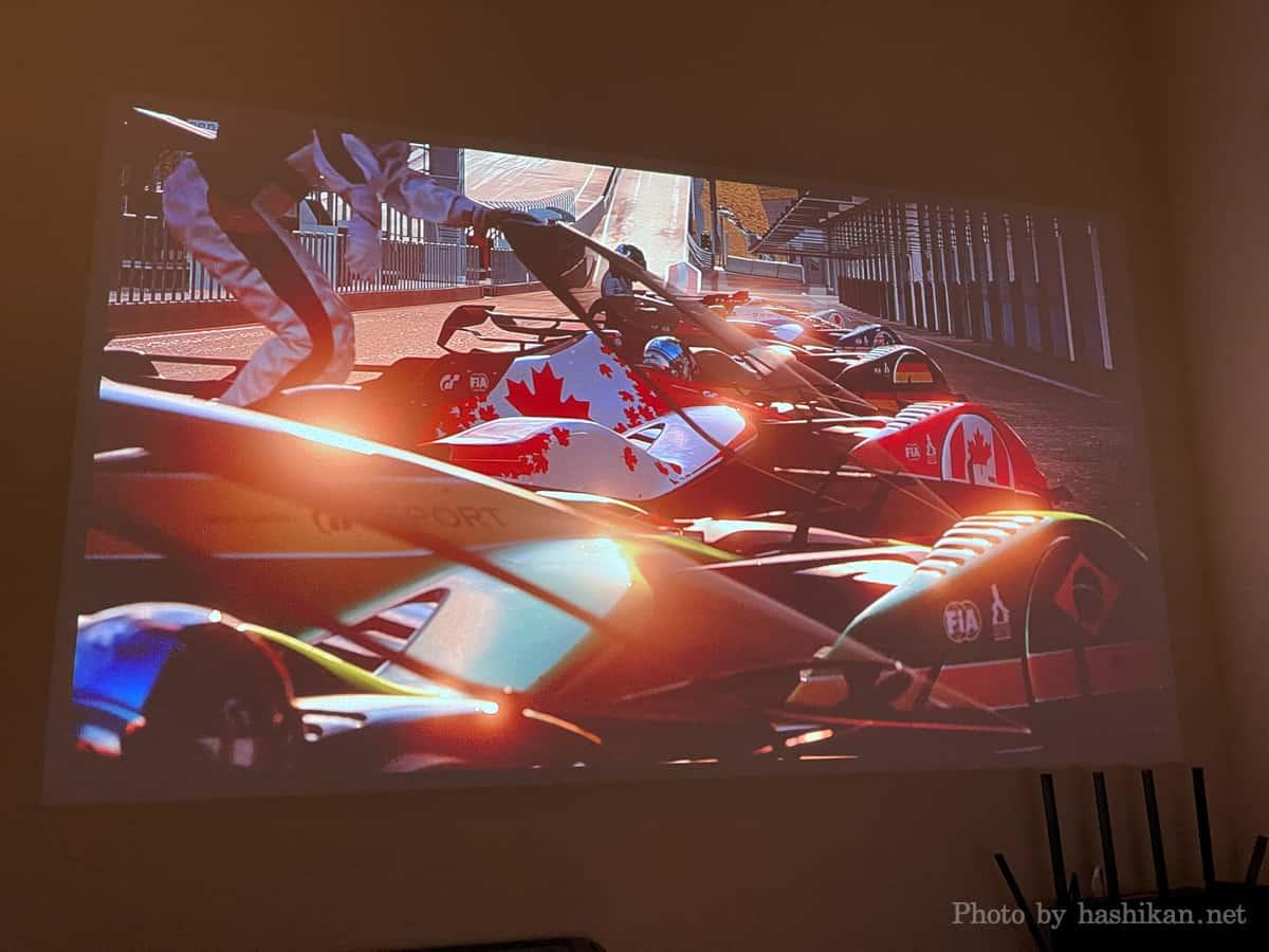 XGIMI HaloでPS4のグランツーリスモSPORTのオープニングムービーを試聴している様子の画像