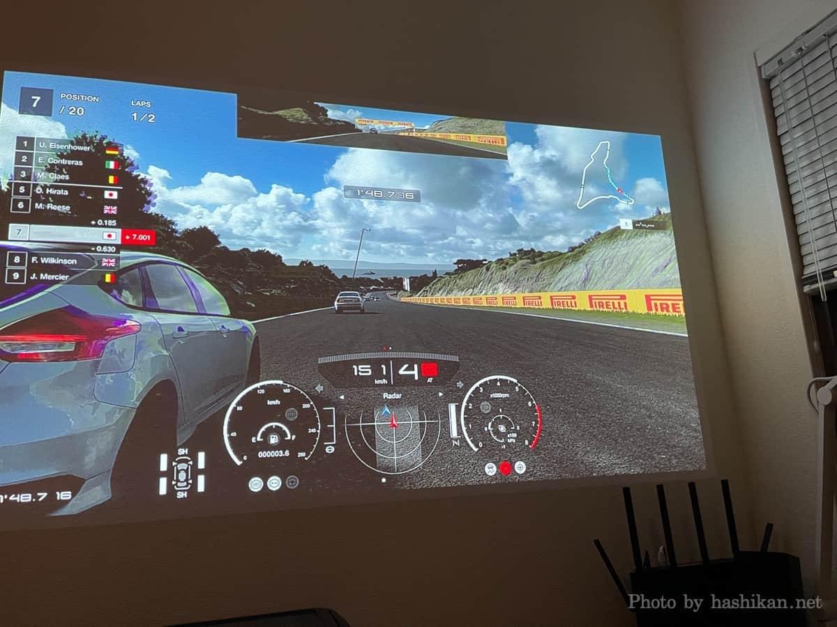 XGIMI HaloでPS4のグランツーリスモSPORTをプレイしている様子の画像