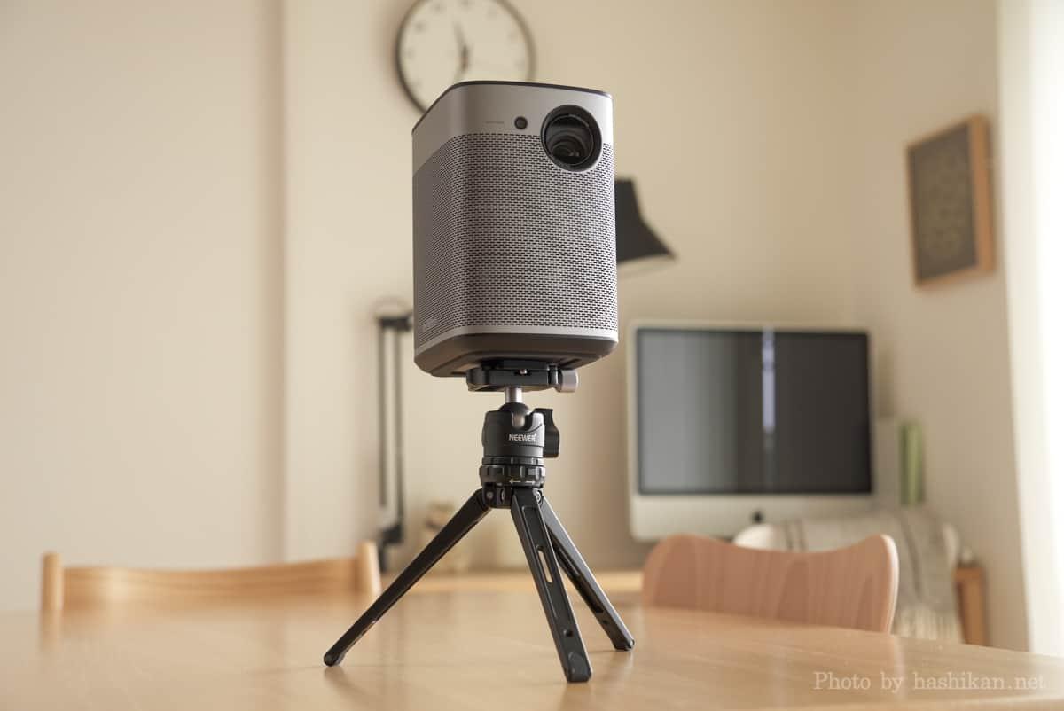 XGIMI Haloをカメラ用の卓上三脚を使って設置した様子の画像