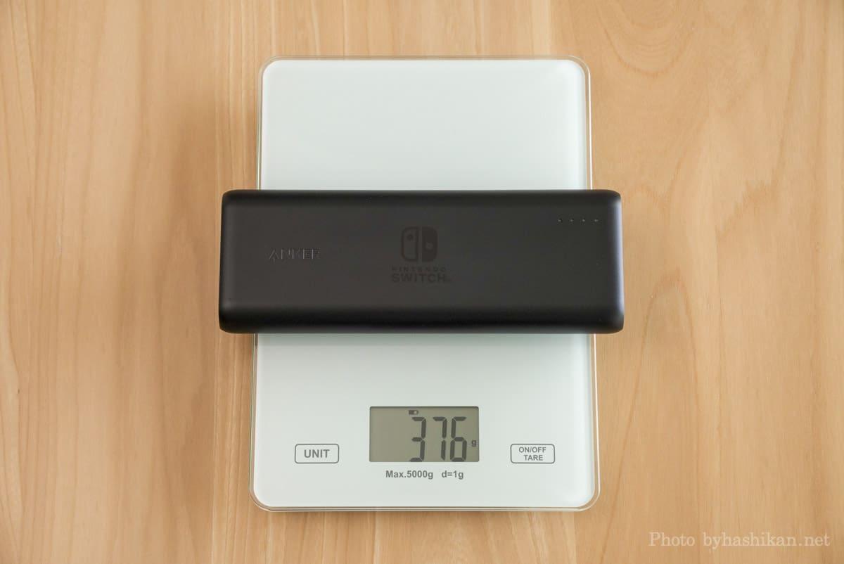 Anker PowerCore 20100 Nintendo Switch Edition の重さを計測している画像