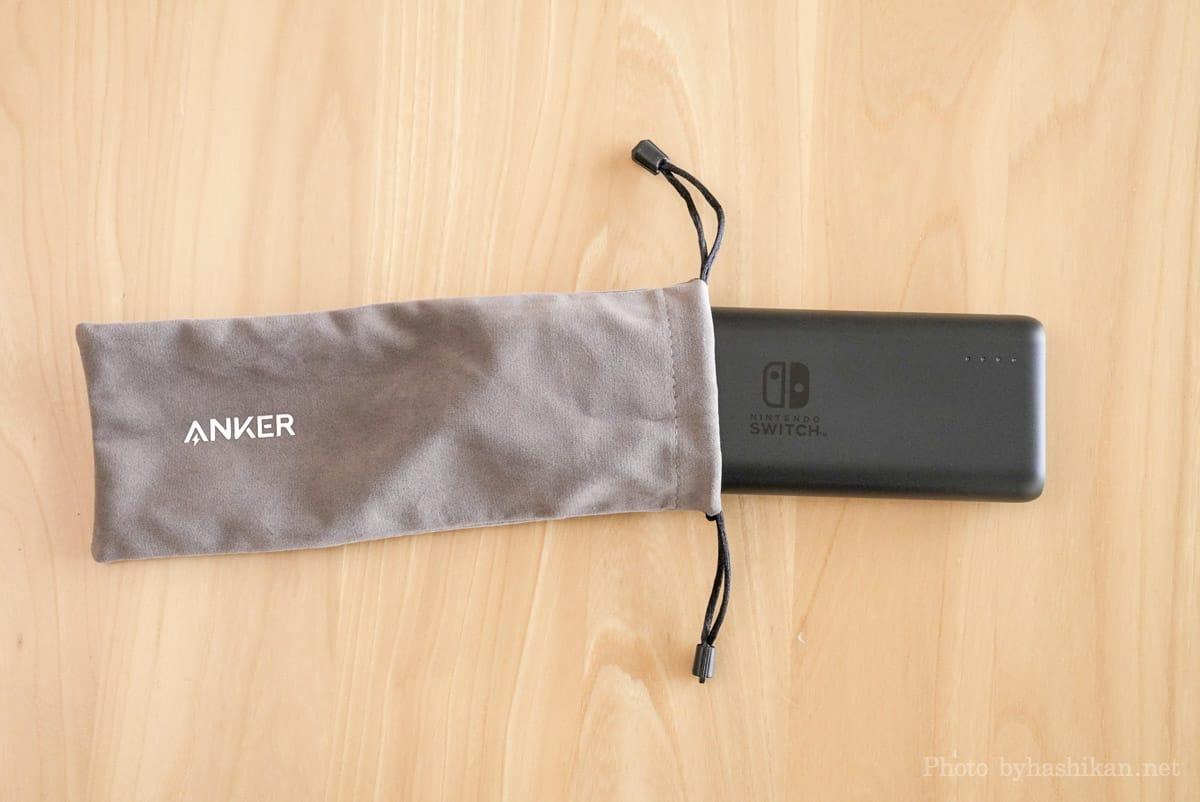 Anker PowerCore 20100 Nintendo Switch Edition 付属のキャリングポーチにモバイルバッテリー本体を収めようとしている様子の画像