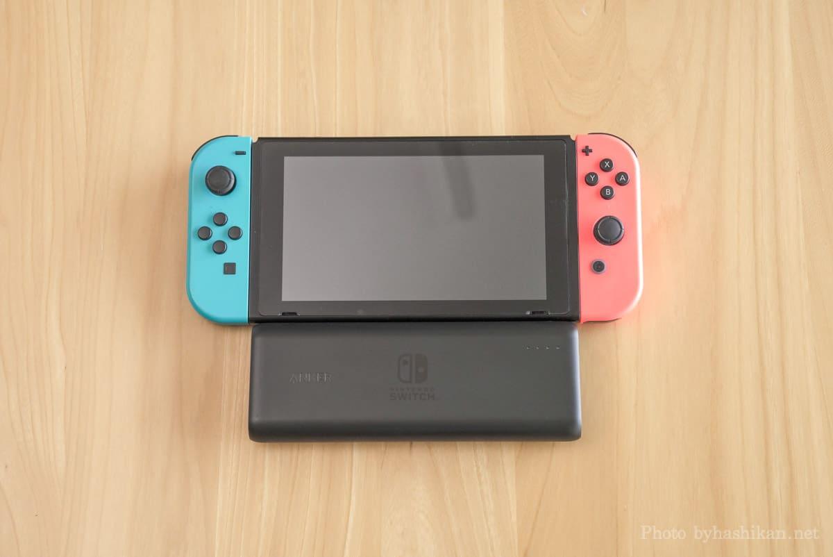 Anker PowerCore 20100 Nintendo Switch Edition をスイッチ本体と並べて大きさを比較している画像