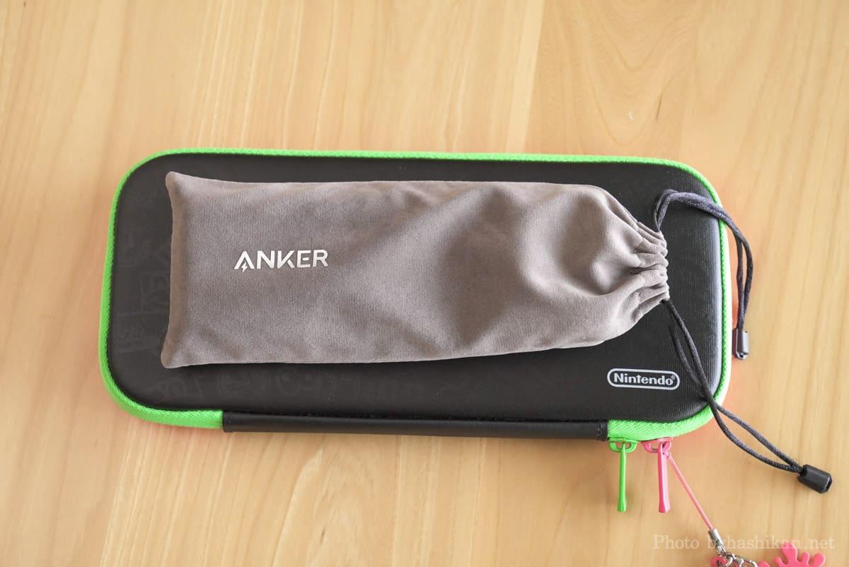 キャリングポーチに入れたAnker PowerCore 20100 Nintendo Switch Edition をケースに入れたスイッチ本体と並べて大きさを比較している画像