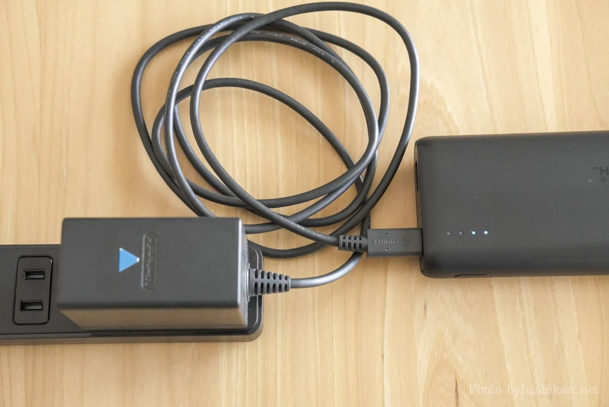 Anker PowerCore 20100 Nintendo Switch Edition にスイッチ純正アダプターを使って充電している様子