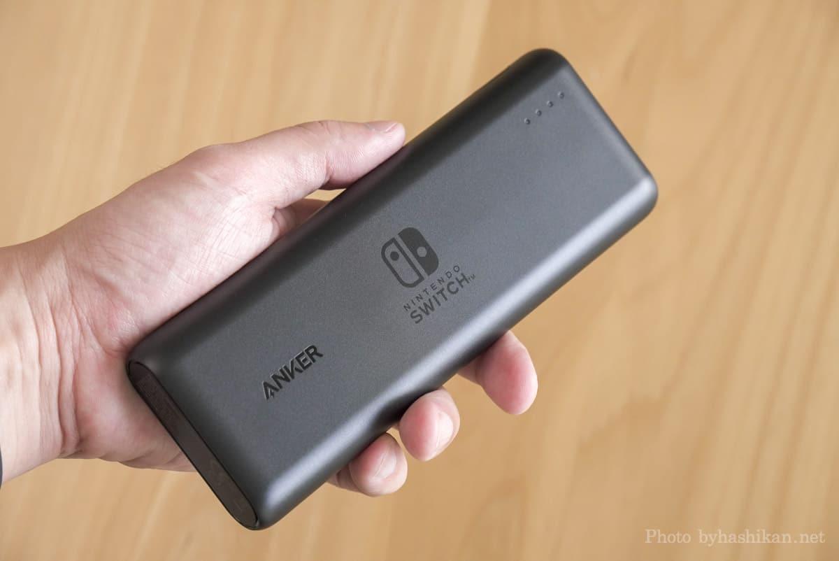 Anker PowerCore 20100 Nintendo Switch Edition を手に持った状態の画像