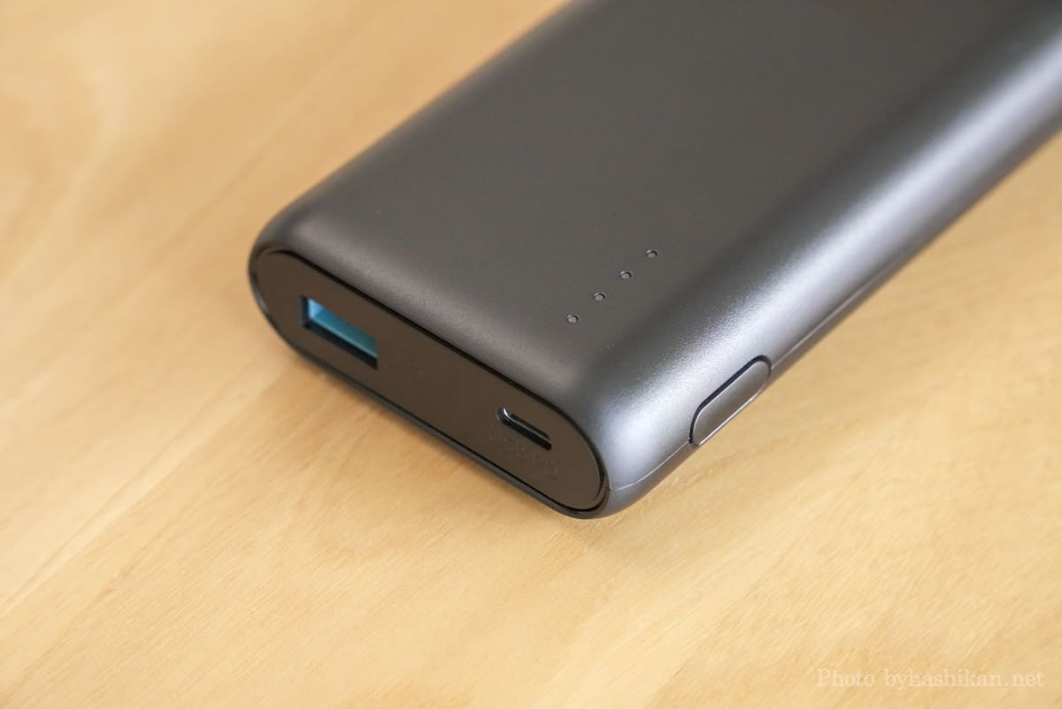Anker PowerCore 20100 Nintendo Switch Edition のLEDインジケーターおよびボタン部分の拡大画像