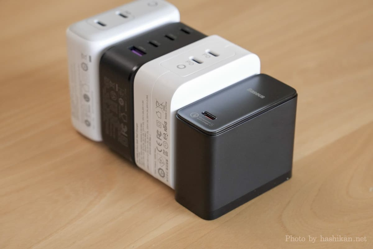 Baseus GaN2 Fast Charger と他の充電器を縦置きにして並べて奥行きを比較している画像