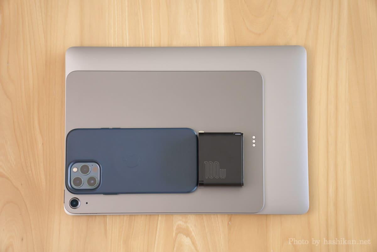Baseus GaN2 Fast Charger とMacBook Air、iPad Air、iPhone 12 Pro Max並べて大きさを比較している画像