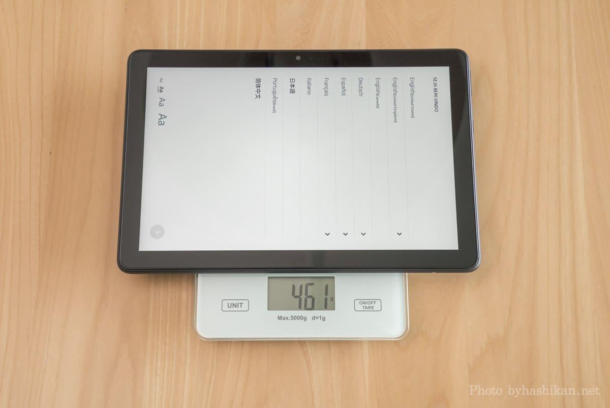 第11世代 Fire HD 10 2021年モデルの重さを計測している状態の画像