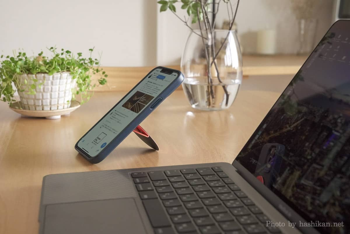 Moft O Snap でスマホを縦置きにした状態でノートパソコンと一緒に置いたときの状態