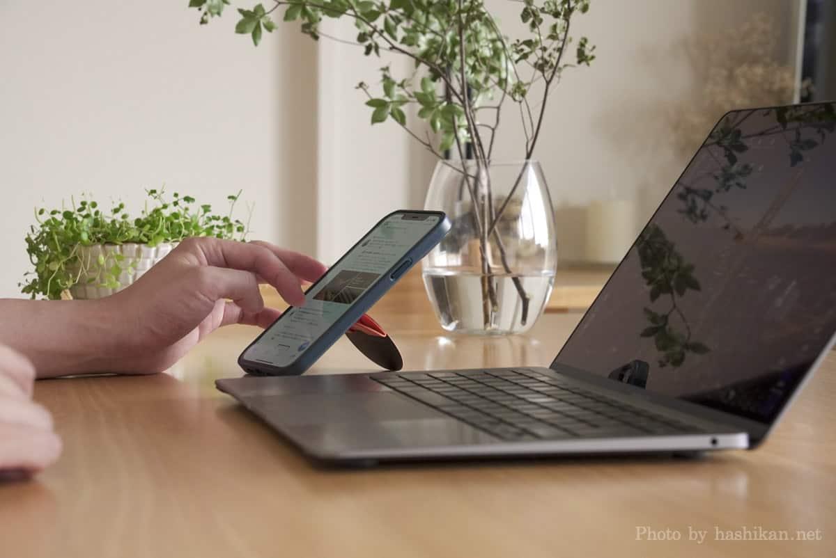ノートパソコンで作業しながらMoft O Snap を装着したスマホでTwitterをしている状態の画像