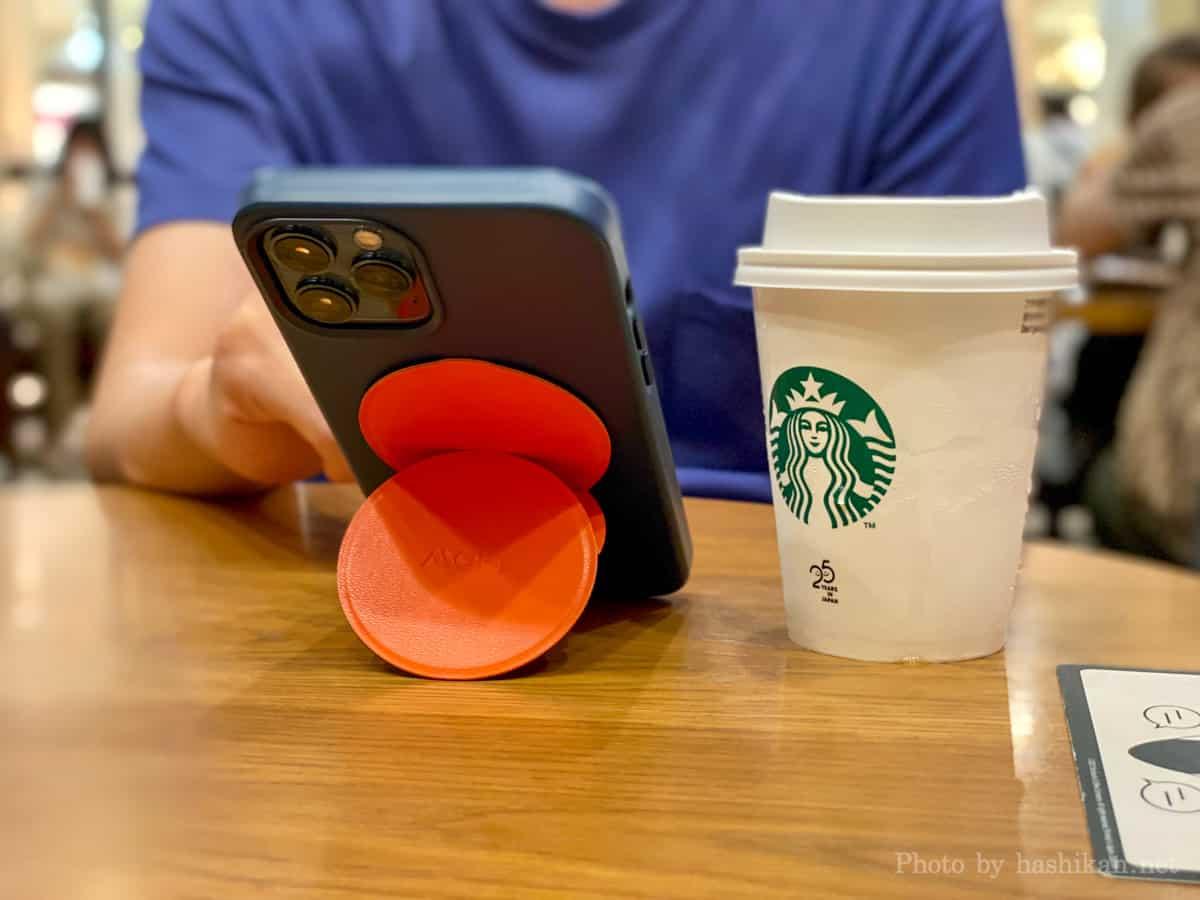 カフェで Moft O Snap でスマホを縦置きにした状態でTwitterをしている様子