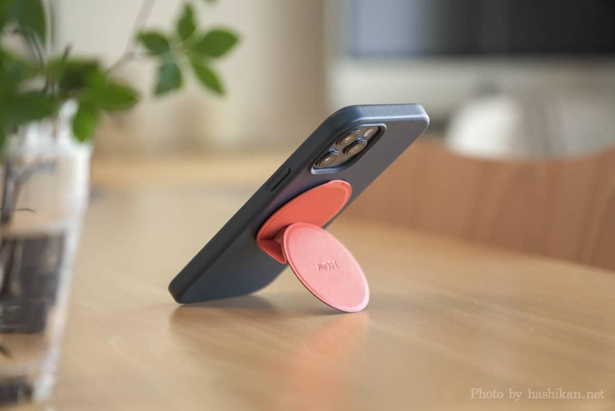 Moft O Snap でiPhone 12 Pro Max を縦置きしている状態の画像