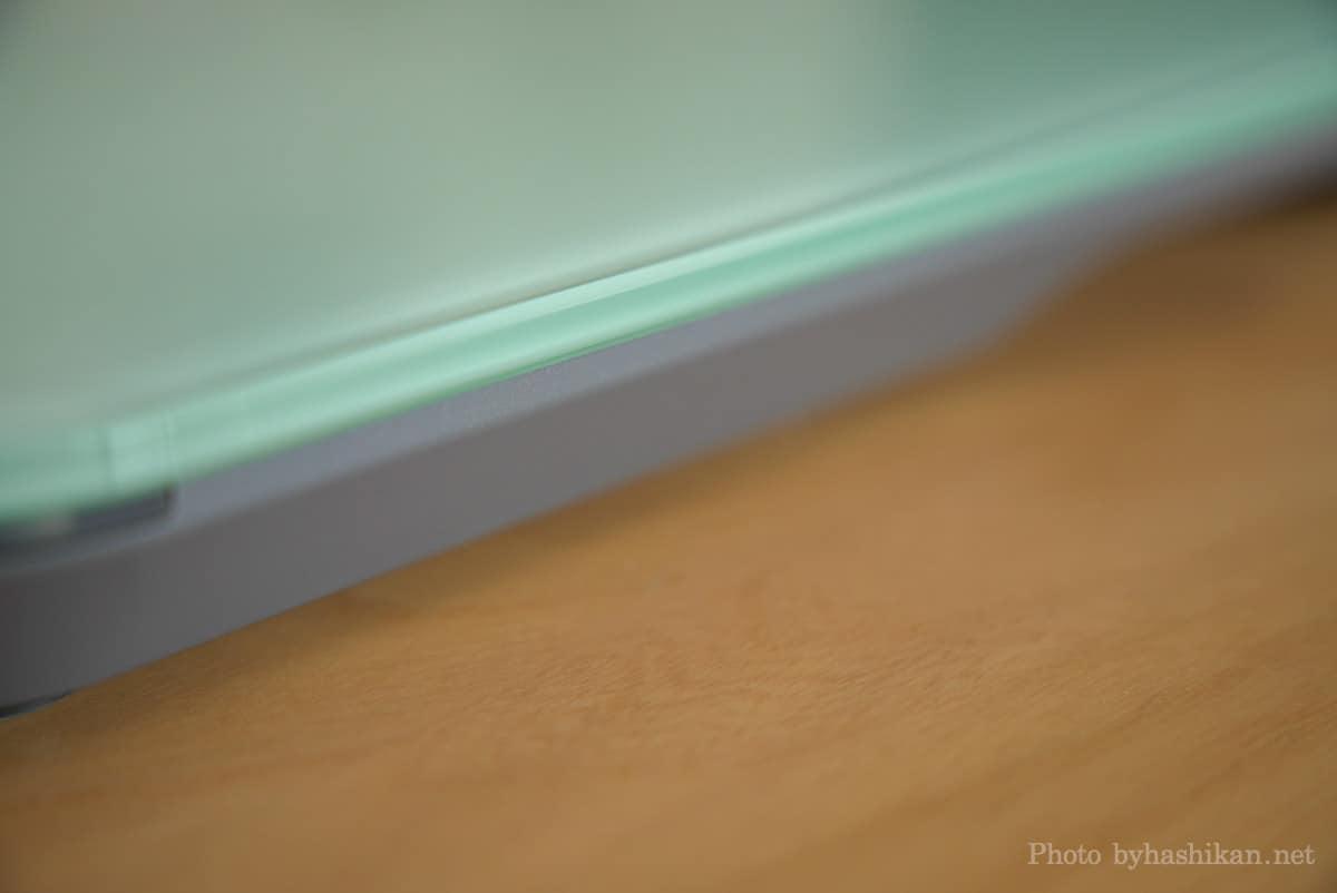 スマートマットライト本体の天板はガラス製、安いけど安っぽさはゼロです