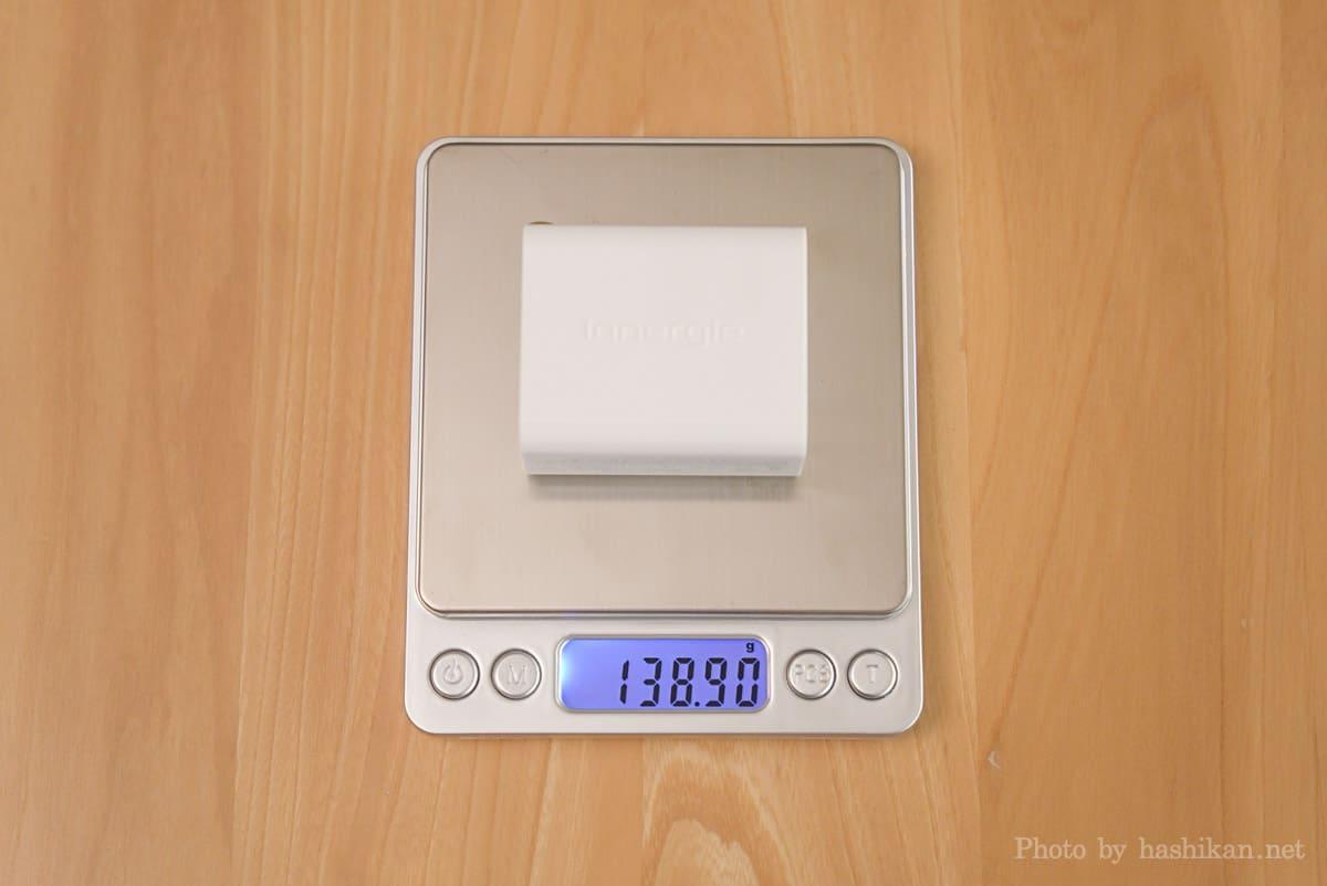 Innergie C6 Duo の重さを計測している画像