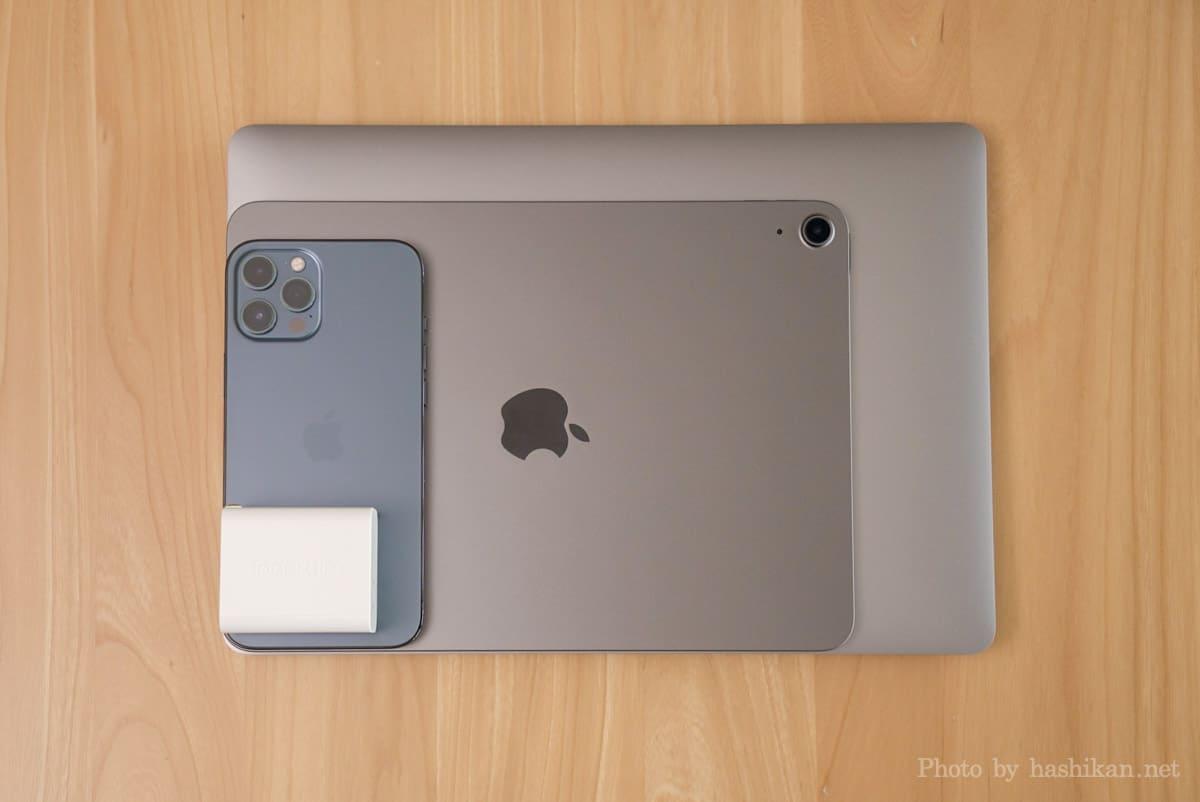 Innergie C6 Duo をMacBook Air、IPad Air 4、iPhone 12 Pro Maxと大きさを比較している画像