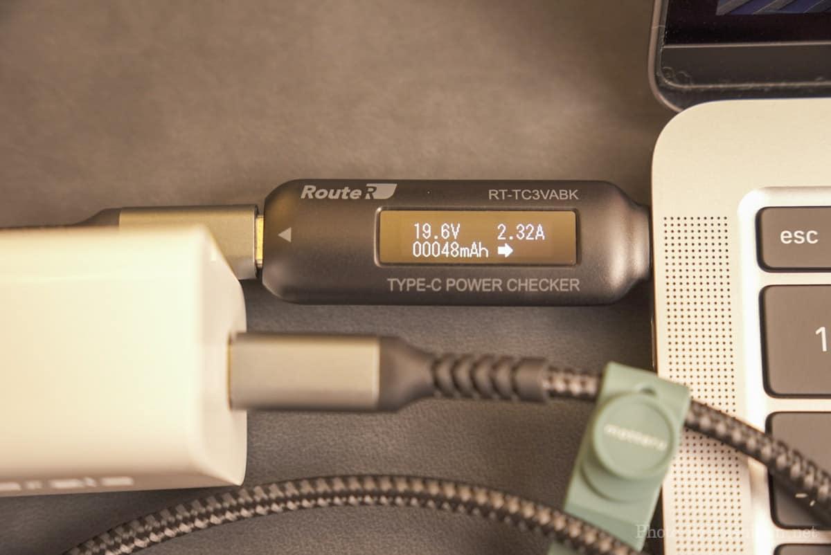 Innergie C6 Duo でMacBook Air に充電したときの出力を計測している画像