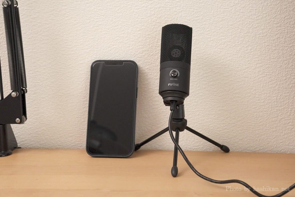 FIFINE K669B とiPhone 12 Pro Maxを並べて大きさを比較している状態の画像