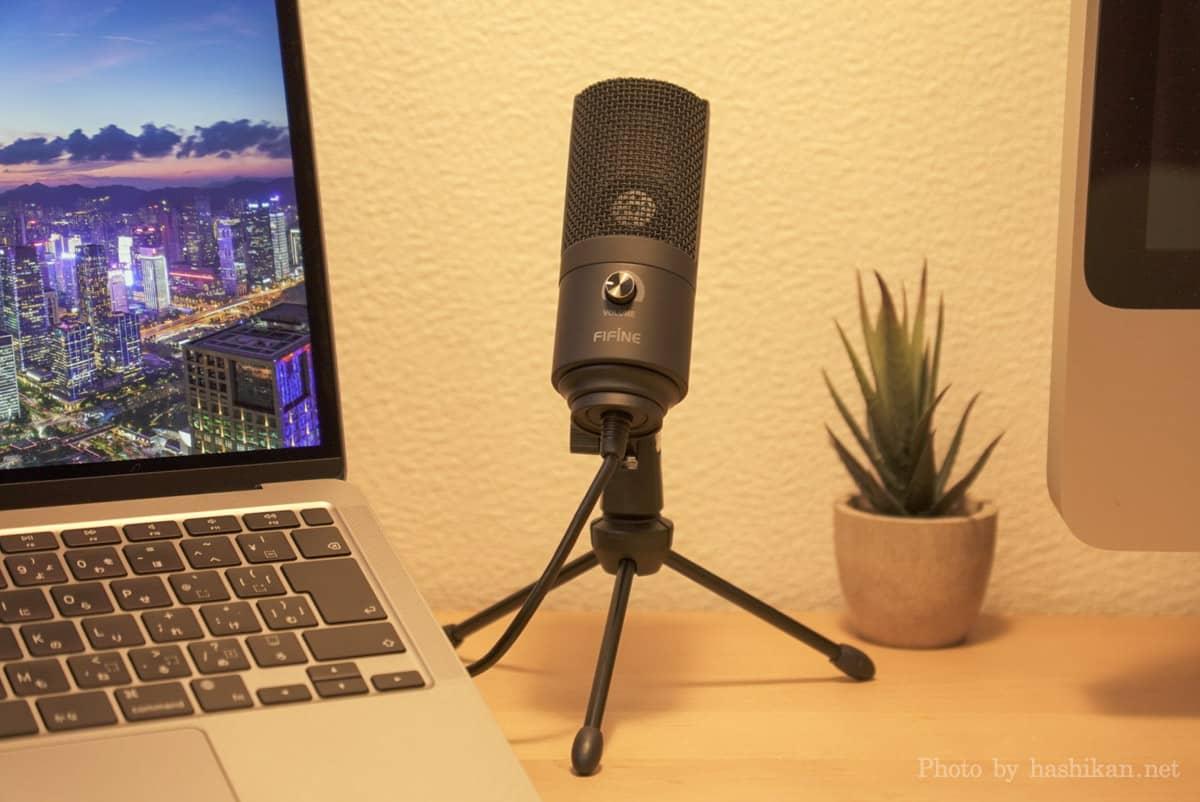 FIFINE K669B をMacBook Airの横に並べて置いている様子の画像