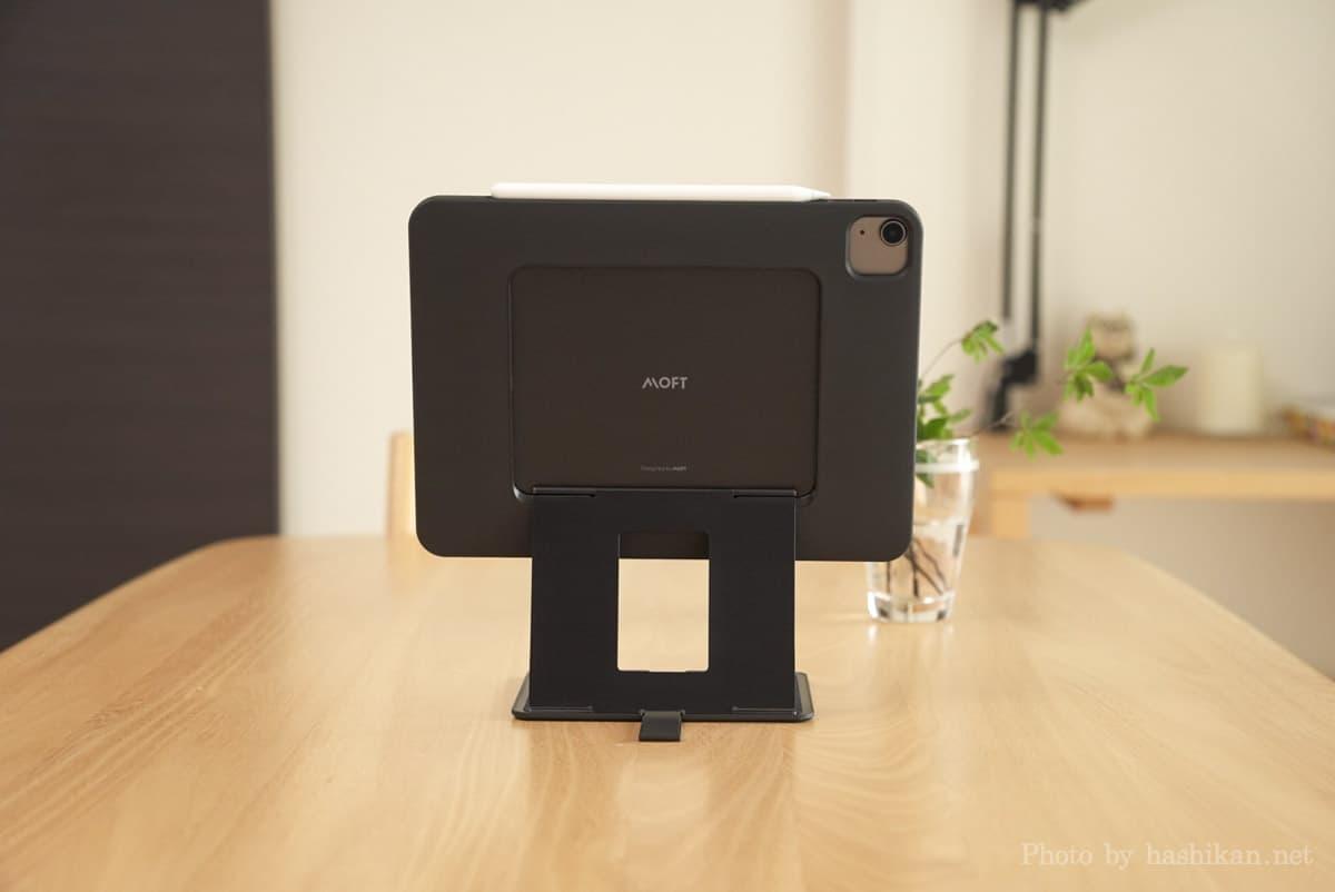 MOFT Floatをフローティングモードにした状態を背面から撮影した画像
