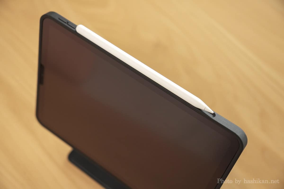 iPadにMOFT Floatを取り付けた状態でApple Pencilを取り付けている画像
