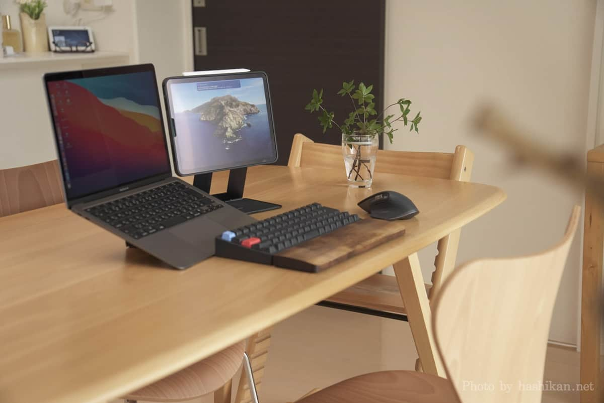 MOFT Floatをフローティングモードにした状態でPCスタンドを使ったMacBook Airと並べてブログを執筆している状態の画像