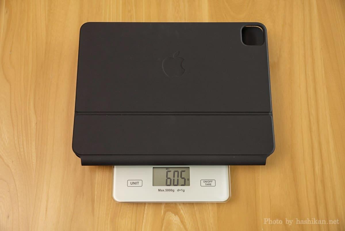 iPad Pro 11インチ用のMagic Keyboardの重さを計測している状態の画像