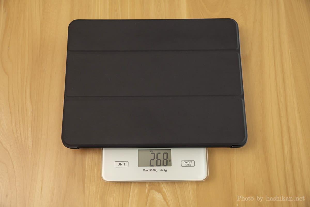 社外品のiPad用フリップカバーの重さを計測している状態の画像