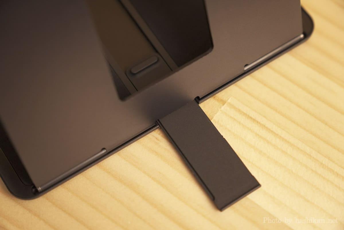 MOFT Floatのスタンドに内蔵されている転倒防止スライドバーを出した状態の画像