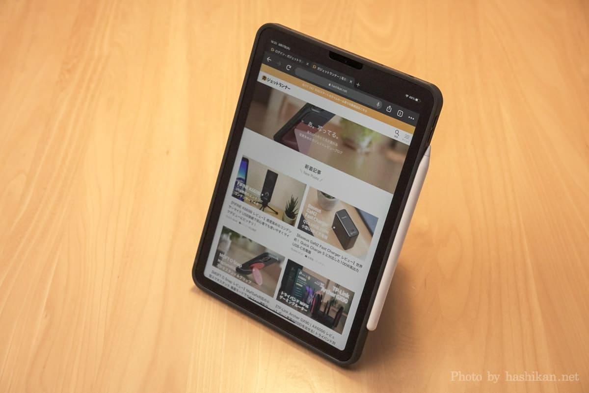 MOFT Floatをタテ置きモードにしてブログを閲覧している画像