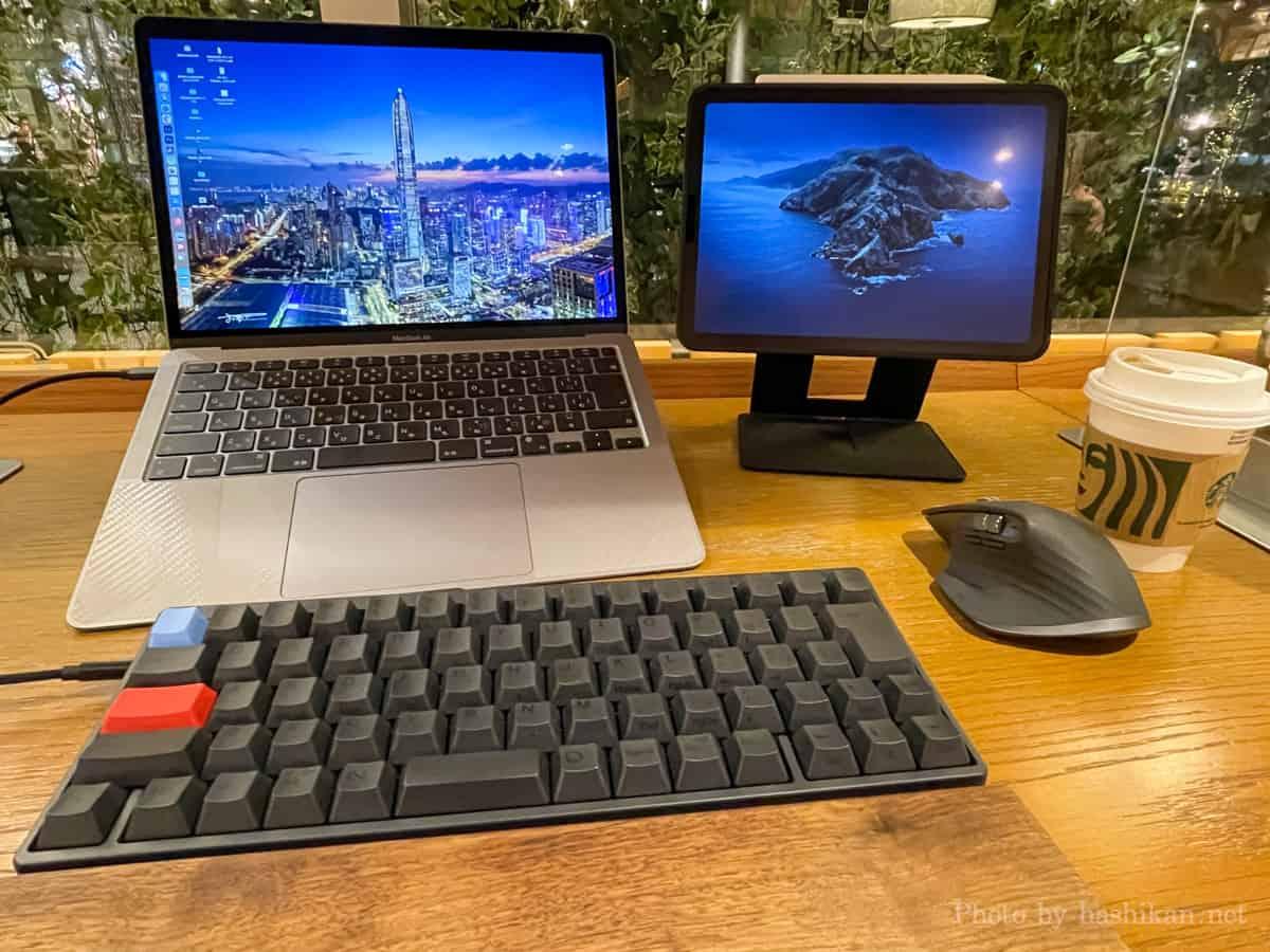 MOFT Floatのフローティングモードで高くしたiPadとPCスタンドで高くしたMacBook Airを並べて使っている様子