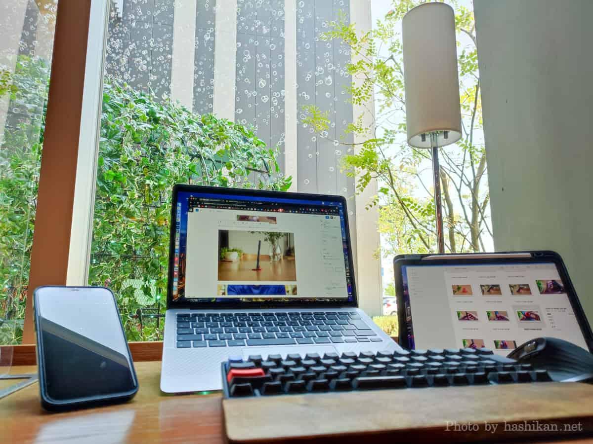 カフェでMacBook AirとiPad AIrとHHKBとMX Master 3を使ってノマドワークしている様子