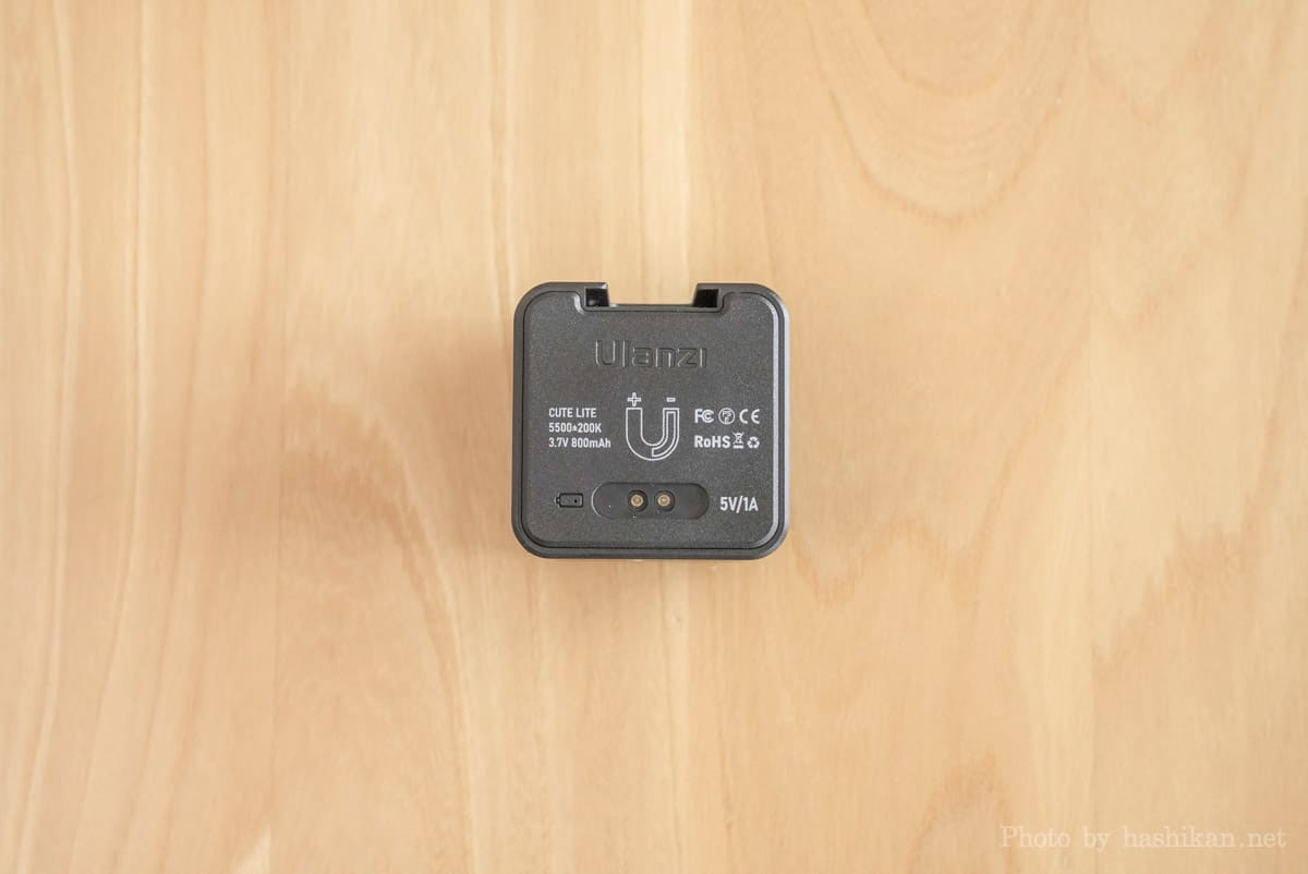 Ulanzi CUTE LITE の背面。充電ポートやバッテリー容量などが記載されている。