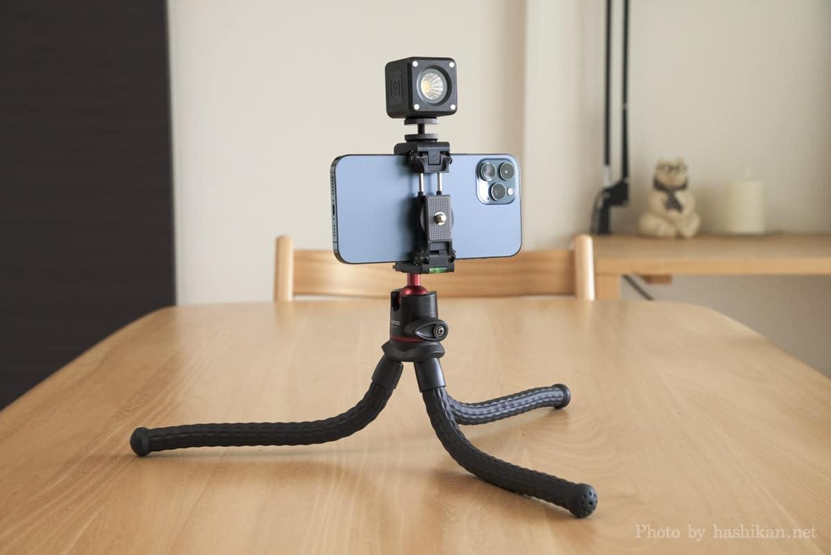 Ulanzi CUTE LITEとiPhone 12 Pro MaxをMT-11に取り付けて低いアングルから狙っている様子の画像