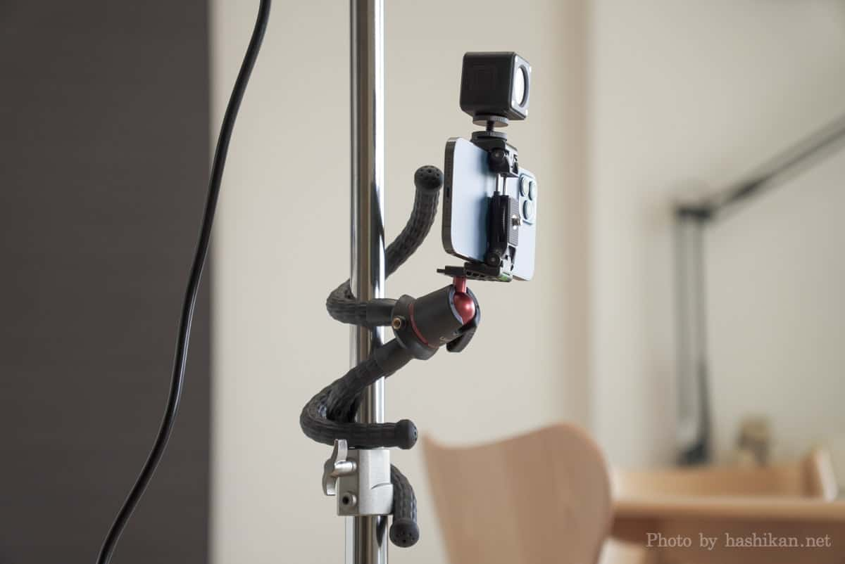 Ulanzi CUTE LITEとiPhone 12 Pro MaxをMT-11に取り付けてポールに巻きつけている状態の画像