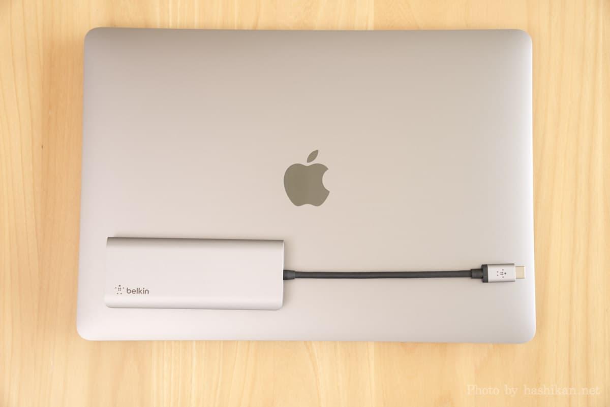 Belkin USB-C 7-in-1マルチポートハブアダプターをMacBook Airの上に載せた状態の画像